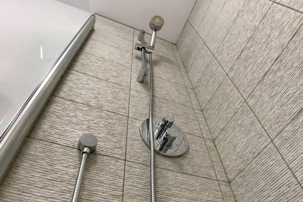 Castle Hill Apartments shower